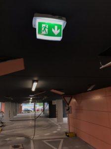 montáž systému núdzového osvetlenia v garážových priestoroch bytového domu