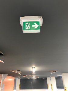 montáž systému núdzového osvetlenia na parkovisku pre autá