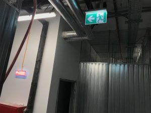 montáž a skúška systému núdzového osvetlenia v bytovom dome