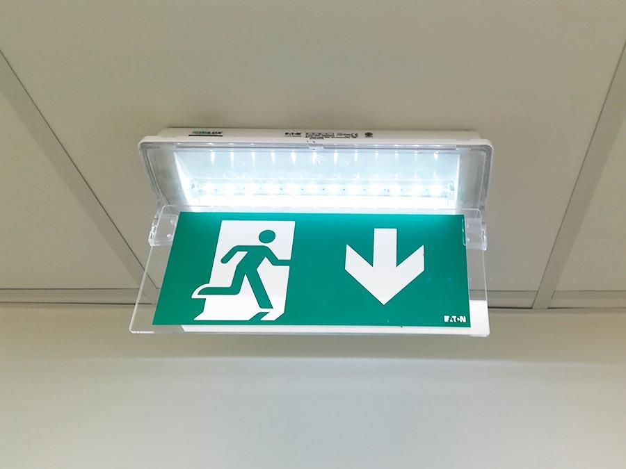 evakuačné núdzové osvetlenie EATON - návrh a montáž - poliklinika Šala